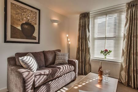 Highcliffe Apartment, City centre, sleeps 2 great for couples. - Winchester
