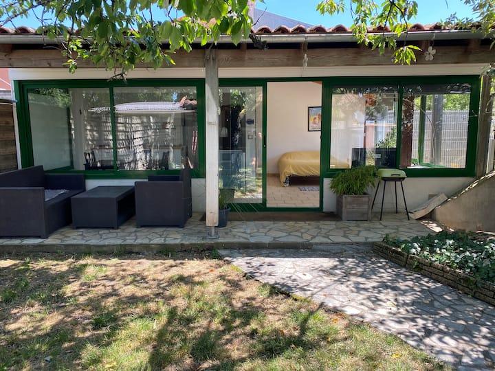 Studio indépendant au calme à deux pas de la plage