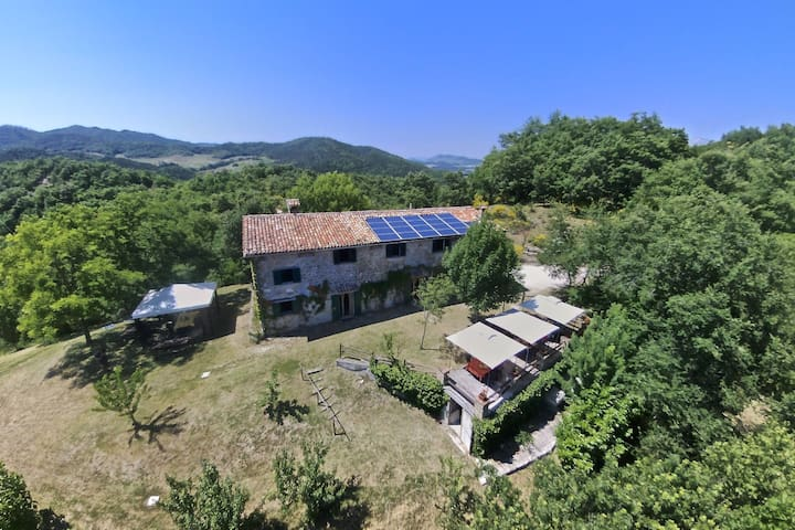 Quiet apartment with wifi, large pool, BBQ and terrace near Gubbio