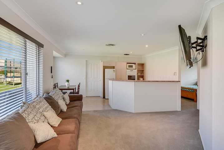 1Brm Self Contained Granny Flat - Pelican Waters - Apartment