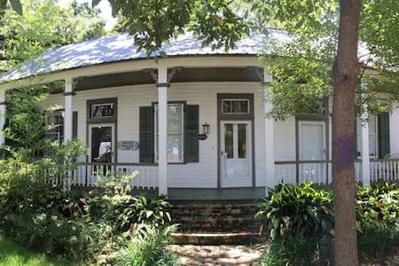 The Arndt House: Historic Home Best Spot in town! - Apartamento
