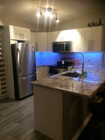Clean and cosy, separate bathroom and patio - Burlington - Condominium