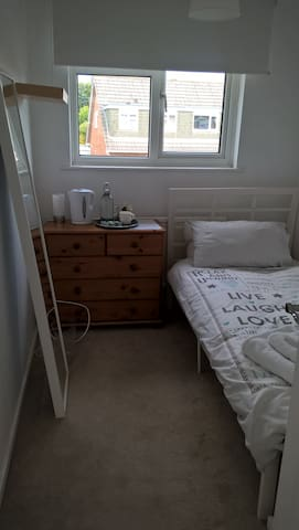 Small, bright single room, near Uni. Breakfast