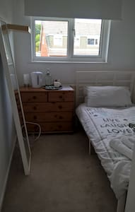 Small, bright single room, close to centre & Uni. - Casa