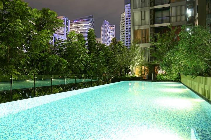 曼谷市中心,高端公寓园景套房,带灯光泳池和健身房,免费高速WIFI,BTS站步行2分钟 - Bangkok - Serviced flat