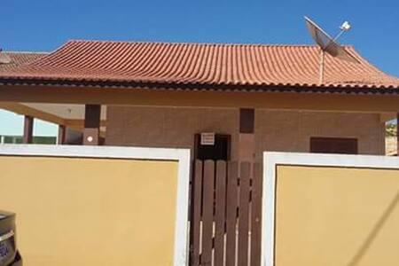 Casa ampla com churrasqueira a duas quadras do mar