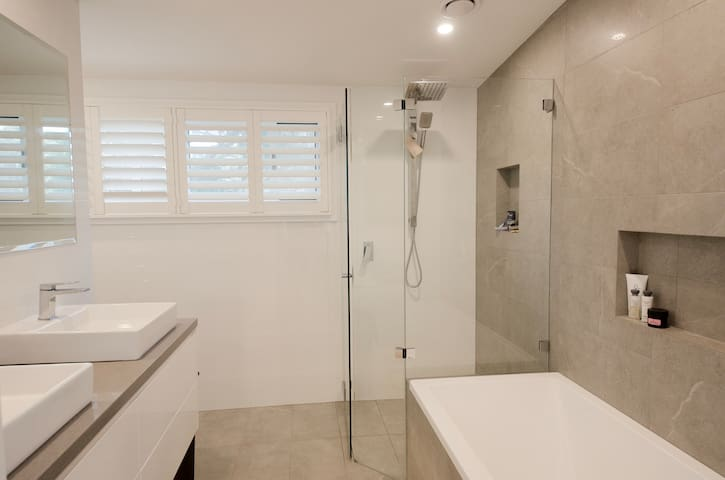 Upstairs en-suite with dual sinks, deep bath, shower and toilet