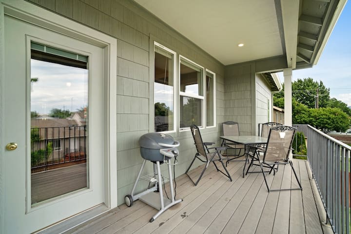 Dog-friendly duplex that's close to wineries and has room for all!
