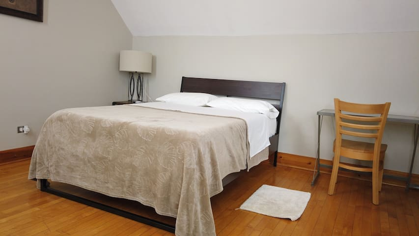 Calumet City - Relaxing and Spacious Room.