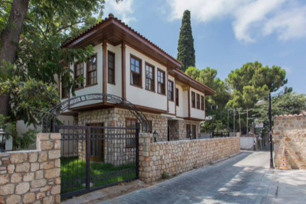 Antalya Kale İçinde Eşyalı Daire