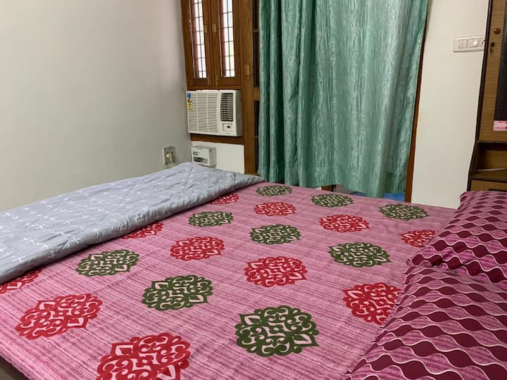 Couple friendly, 2 Rooms Apartment in Mall Avenue