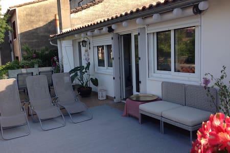 Top 20 des locations de vacances chartrons bordeaux for Appartement bordeaux quai des chartrons location