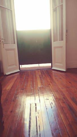 Vista desde la habitación hacia el exterior.
