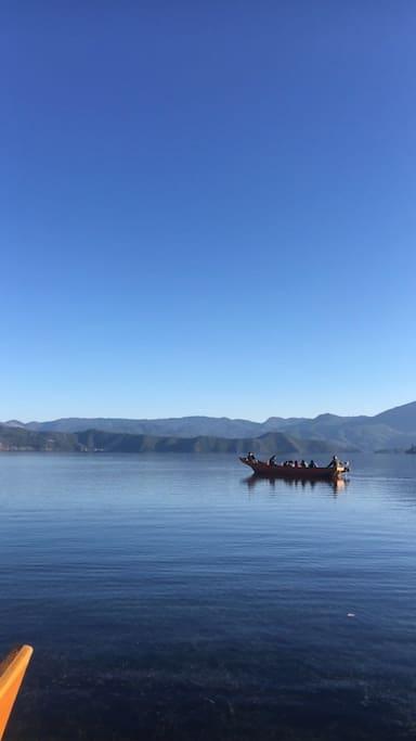 紧挨院子的是码头 泛舟湖上 一抹艳阳 一池清水 一份心情