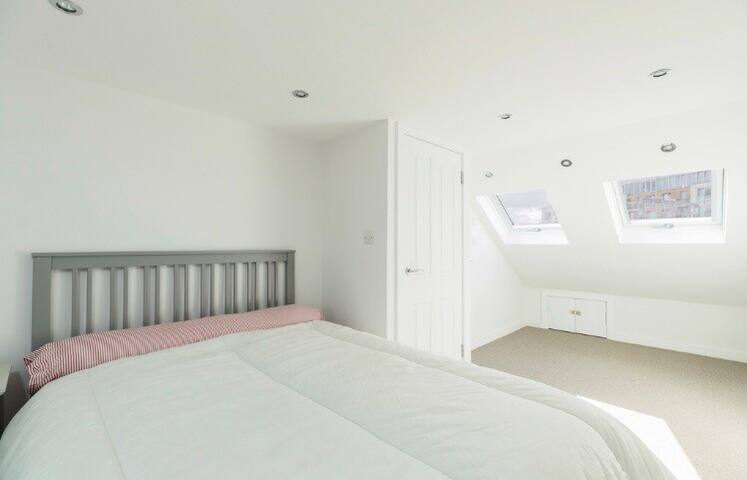 Bright cosy room near Stratford