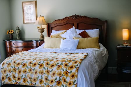 Stonebrook Manor Guest Sunflower Room