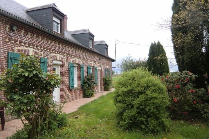 Maison de campagne avec parc paysagé .