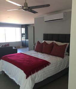 Great modern studio, with seaviews. - Durban North