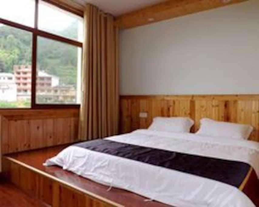 临溪榻榻米大床房。木式装修,木地板,温馨舒适。