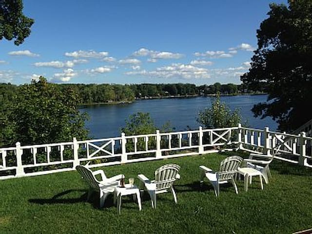 Classic Pure Mich Lakefront Cottage - Goodrich - Haus