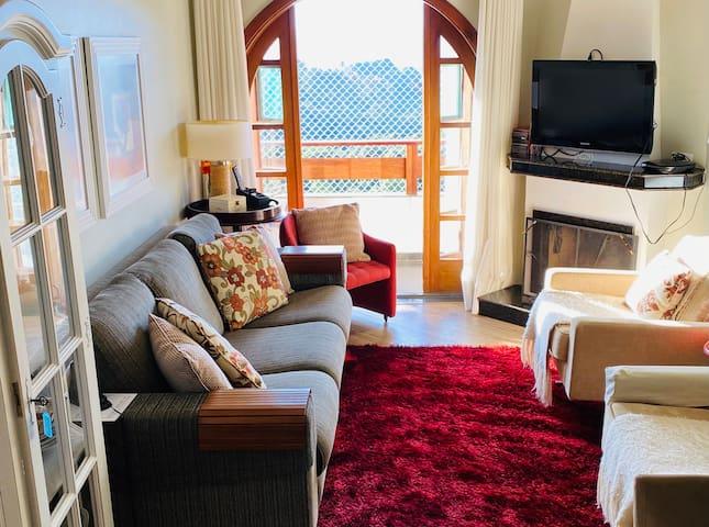Sala com lareira decorativa e lacrada por questão de segurança