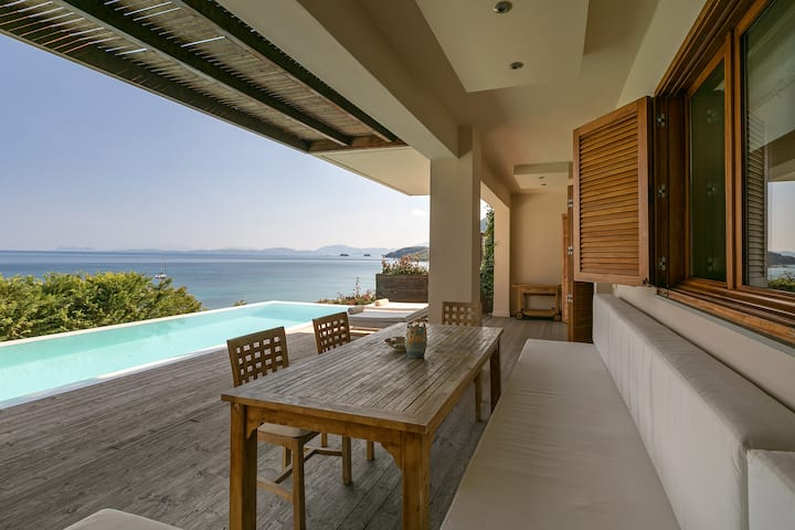 Villa Scorpios. Sleeps 8. Private pool. By the sea.