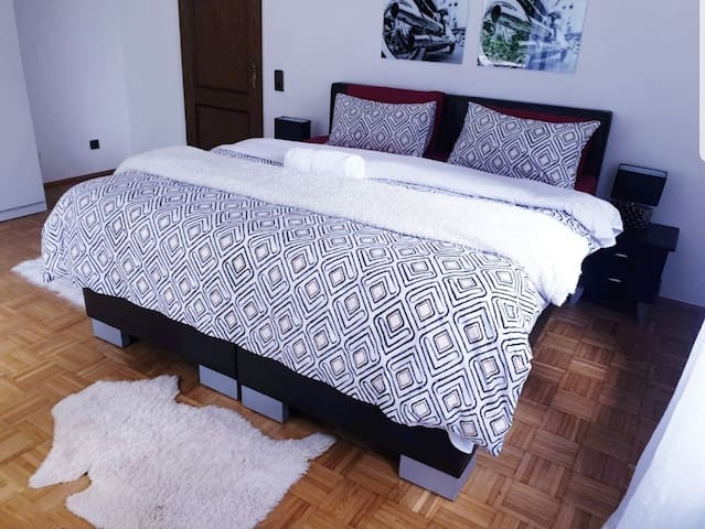 Spacious room with parking and private bathroom