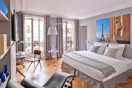 La chambre Trocadéro dispose d'une chaise longue LC4 Le Corbusier, ainsi que de lecteurs CD et DVD. Vous pourrez profiter de livres d'architecture dans une bibliothèque.   Cette chambre peut communiquer avec la chambre double supérieure 'Grands Boulevards'