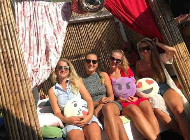 Coco Cabana Bed 4 outside travellers with hot tub