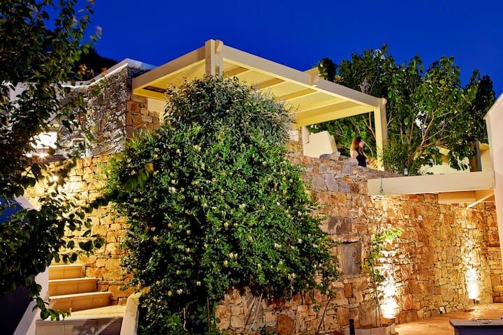 villa Cave balkony