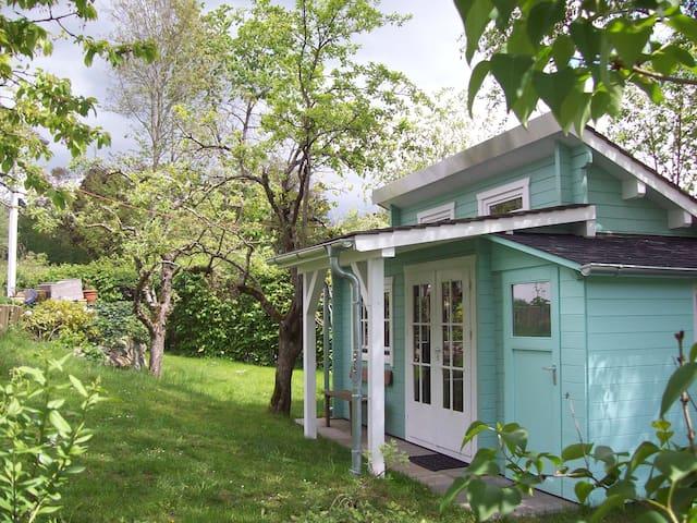Das Häuschen ist eingebettet in unseren Natur-Garten