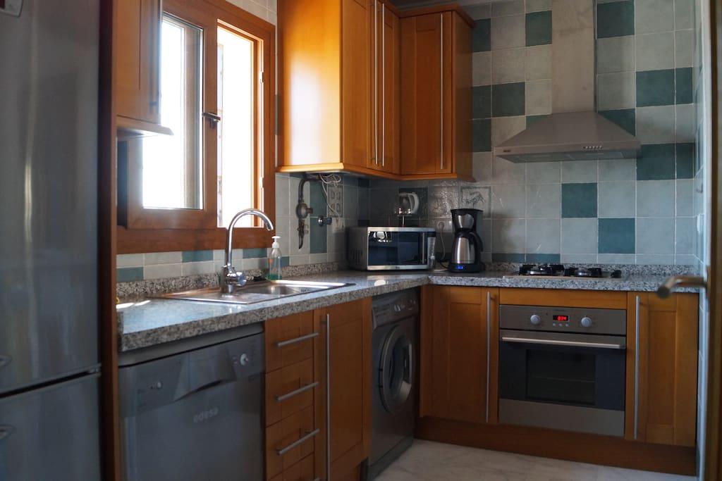 Complete keuken met vaatwasser en wasmachine