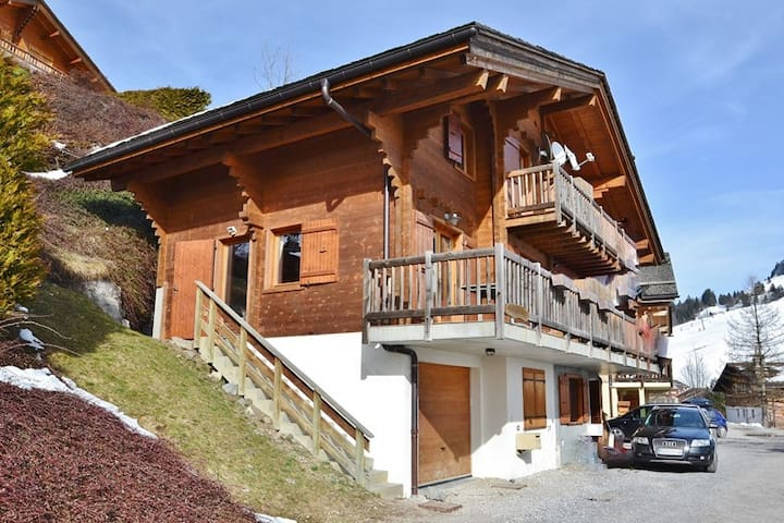 Chalet for 8 with 4 beds, 2 baths, chimney, wifi and all mod cons!