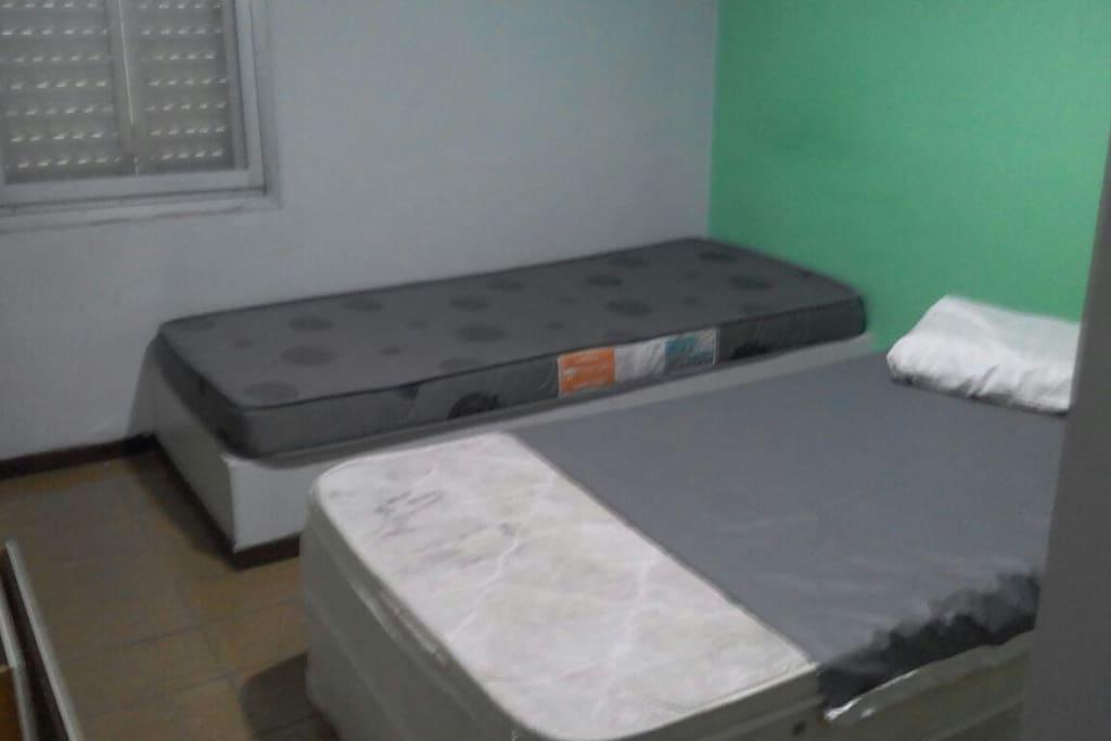 quarto com beliche e duas camas