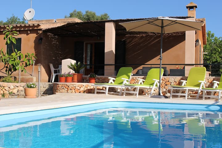 Relaxing finca with private pool, BBQ-house & WIFI