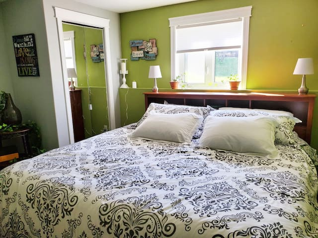 VIP Queen/King w/Private Entrance 1-Bdrm Apartment