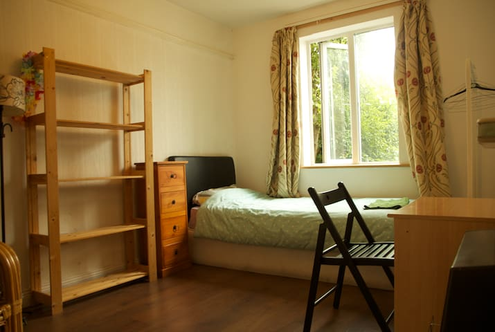 Twin room in quiet and central neighbourhood