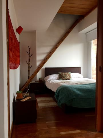 Beautiful room in La Macarena, with yoga studio!