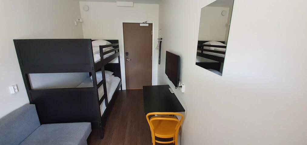 Tvåbäddsrum med privat badrum utanför rummet 106