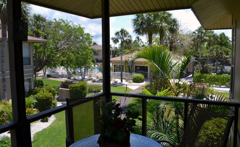 Sunfilled Tropical Sanibel Condo/free kayak-Canoes