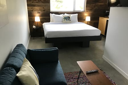 Modern suite, downtown Tofino w/king bed -Suite 3