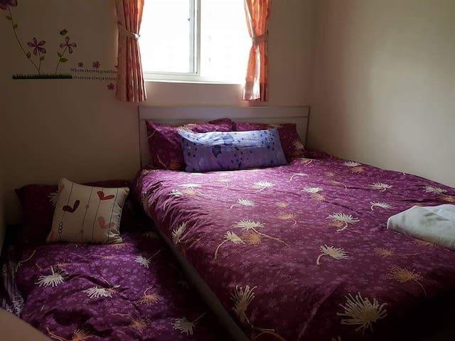 房間四週以白色為底,採用紫丁香花卉壁紙做為佈置。