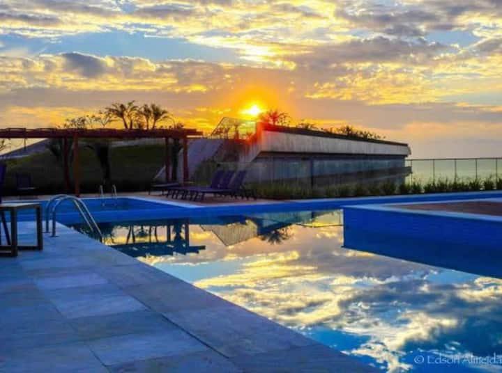 Luxuoso ap 2 suites wifi, resort em frente a praia