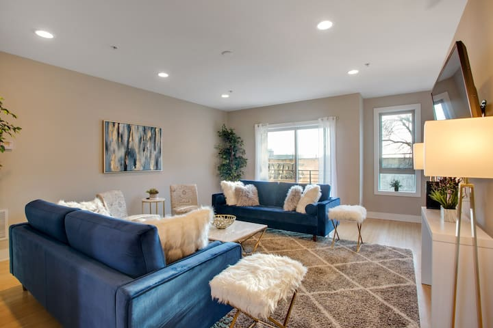 LUXE Townhome w/Free Parking & Roofdeck!