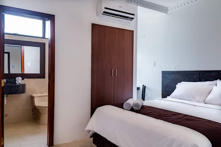 Habitación con cama grande en Hotel La Ría Playas
