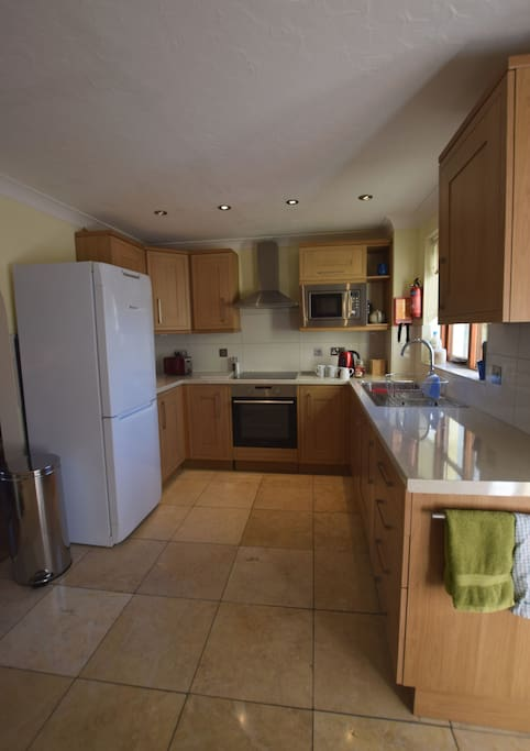 Beautiful clean kitchen. Well equipped and easy to cook in.