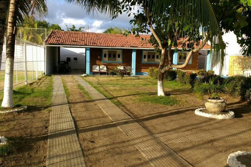 Vista linda da casa assim que entra, coqueiros, pé de caju, de manga...