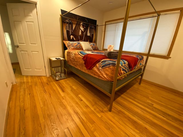 Uniquely Grand Room, Easy Access to Downtown!