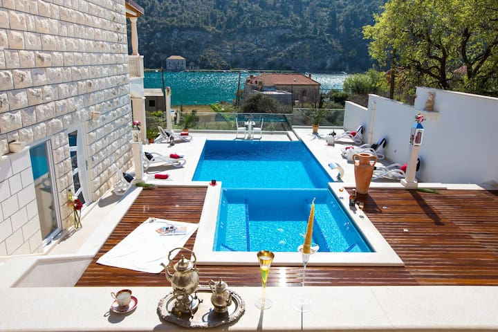 Villa Arion- 4 Bedroom Villa with Terrace and Pool