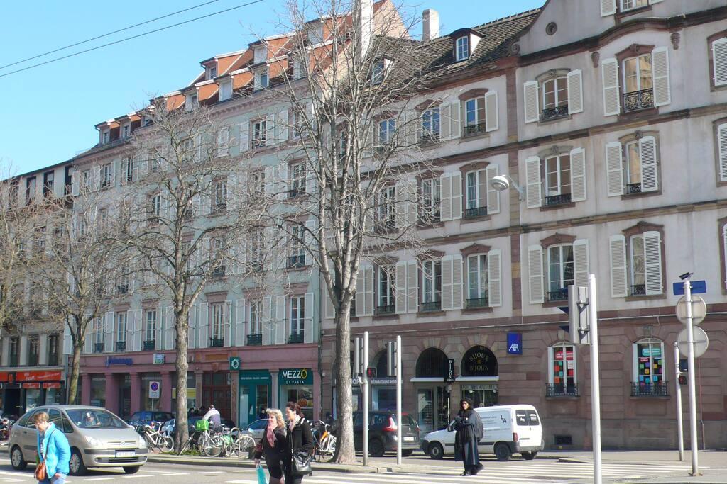 A 2 pas du centre ville et de la place des halles grand centre commercial